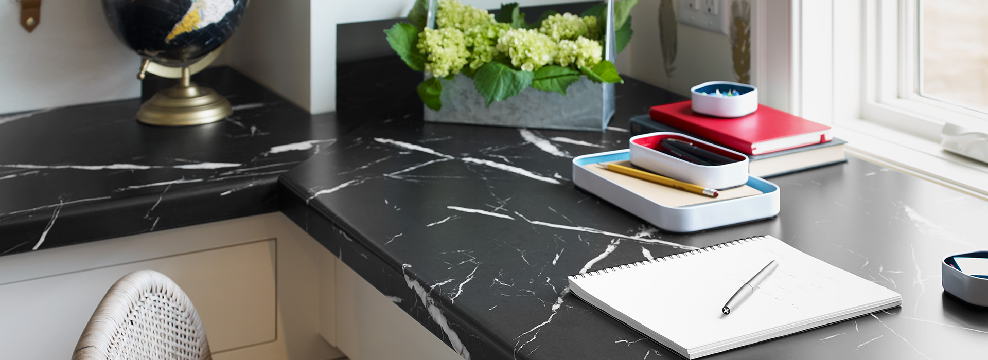 Home desk with notebook and globe 7403 Nero Marquina 180fx