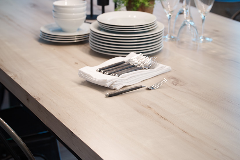 Table top with dishes 7410 White Knotty Maple 180fx
