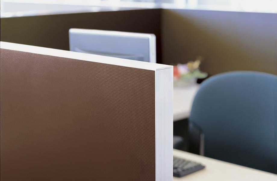 Cubículo de oficina con mampara de laminado 2200 Dark Chocolate y silla
