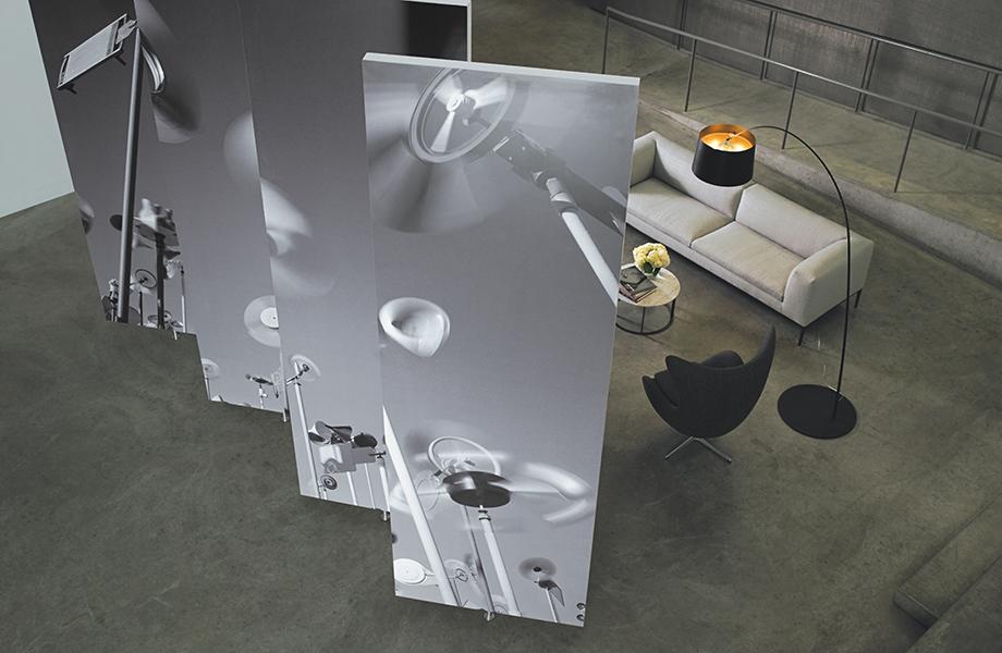 Pared giratoria de Formica Envision, impresión personalizada con imágenes de fan cerca de un sillón y una silla