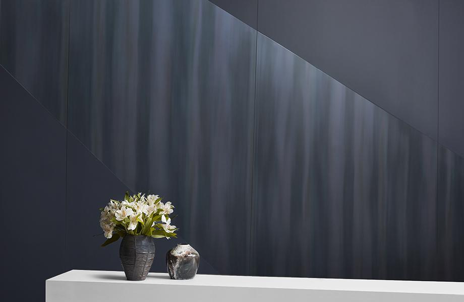 Jarrón de flores en una mampara de Luna Brite White con una pared de acento de M9421 Dark Rolled Steel y 5323-AN Nocturne