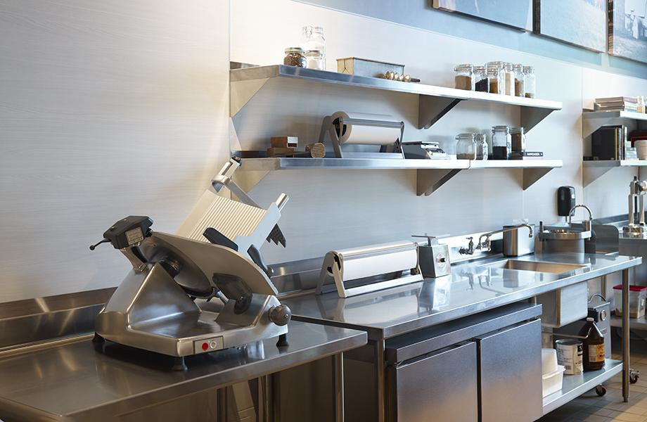 Cocina comercial con cortador de carne, cubiertas de acero inoxidable y HardStop paneles decorativos resistentes en 8841White Ash