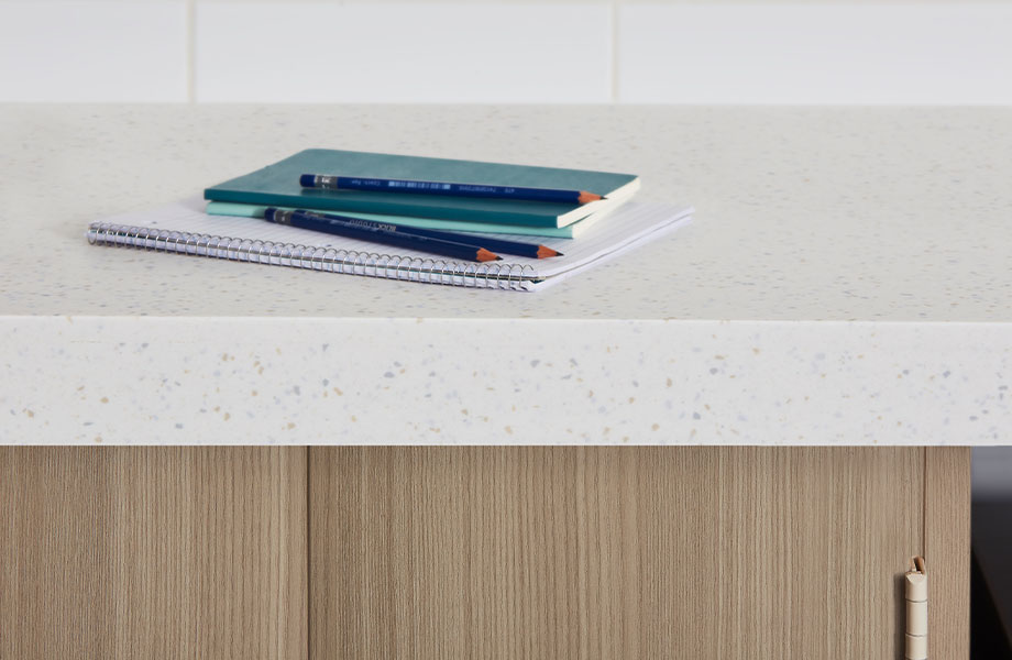 Cubierta de superficie sólida acrílica en 413 Tumbled Glass con cuaderno y gabinete en 5785-NG Ashwood Beige