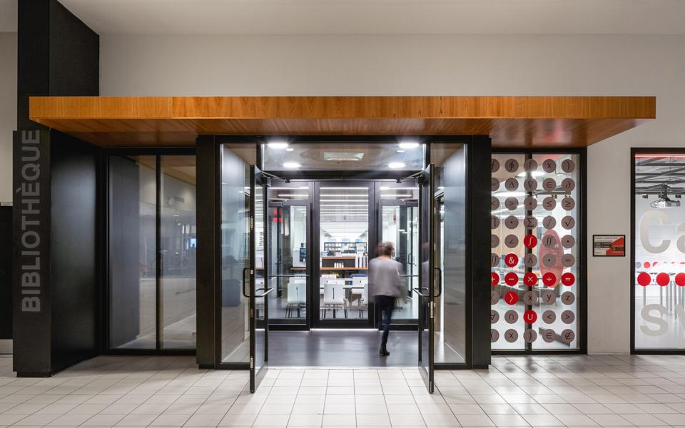 L'entrée de la nouvelle bibliothèque de l'École de technologie supérieure (ETS)