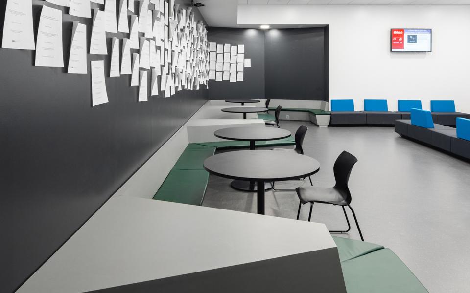 La nouvelle bibliothèque de l'École de technologie supérieure (ETS) rénovée avec des Stratifiés de marque Formica®, Formica Infiniti® et Surface Inscriptibles de marque Formica®