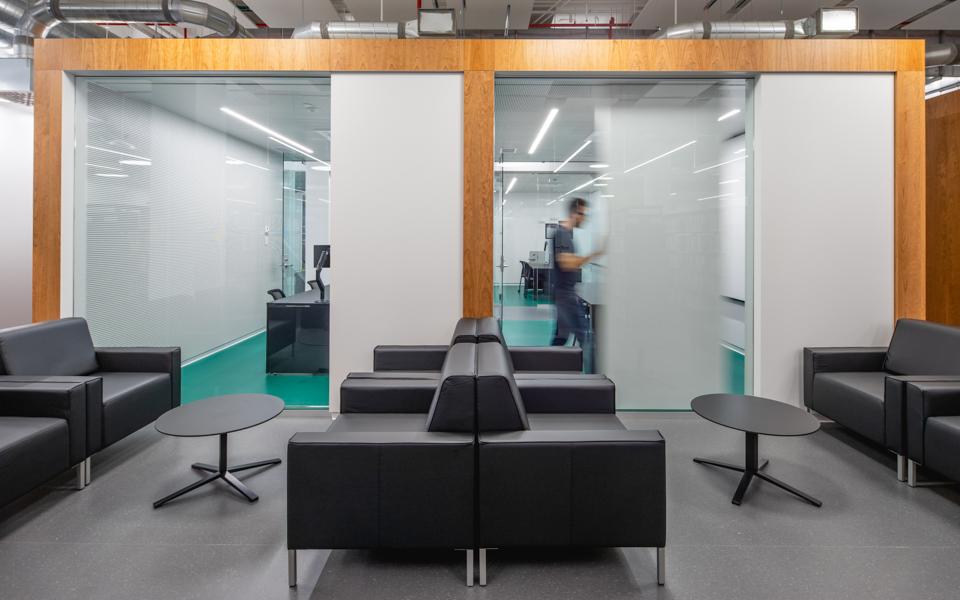 La nouvelle bibliothèque de l'École de technologie supérieure (ETS) rénovée avec des Stratifiés de marque Formica®
