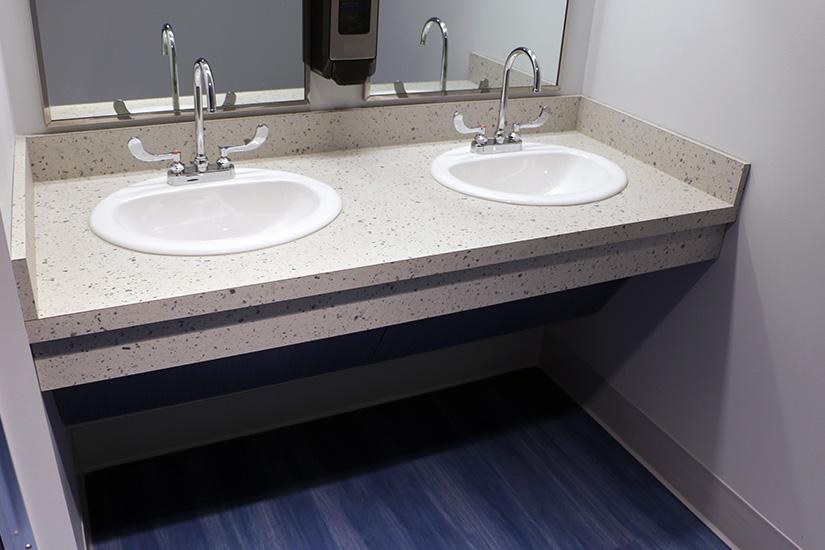 Université Robert Morris comptoirs de salles de bain (toilettes) fabriqués avec le Stratifié de marque Formica®