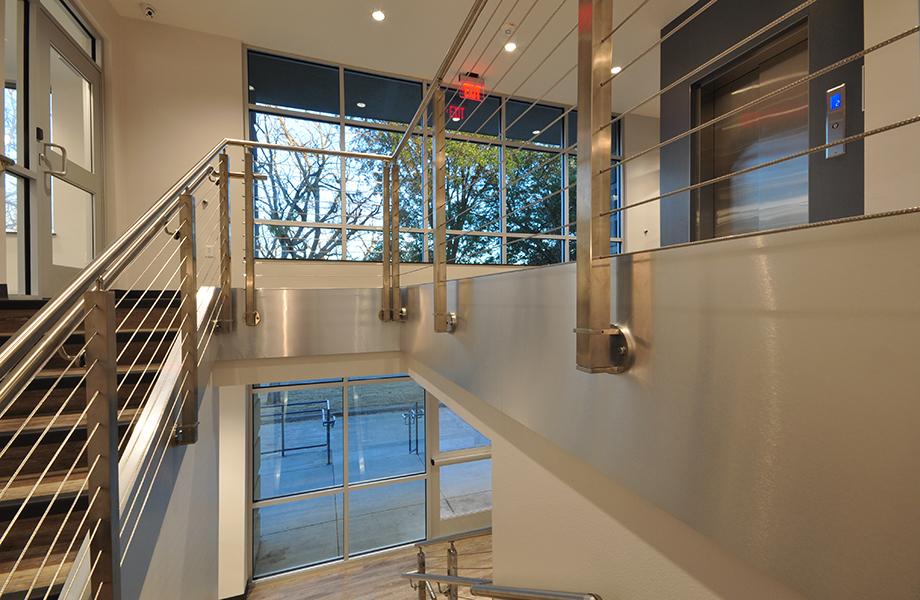 Le Stratifié DecoMetal® brille de mille feux dans un design primé du Wright Group Architects : le stratifié DecoMetal®  Aluminium Brossé est utilisé sur les poutres métalliques de la cage d'escalier afin de répandre le look industriel dans le hall d'entrée.