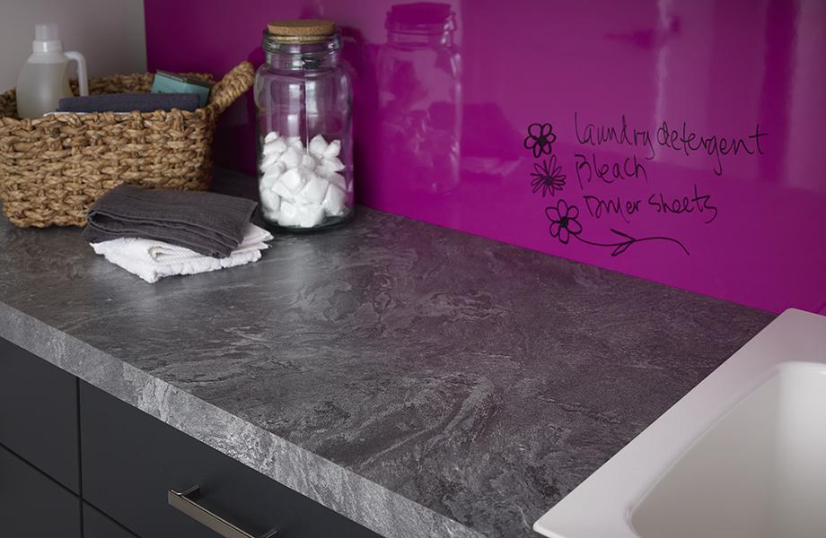 Surface inscriptible Amarena dans une salle de lavage