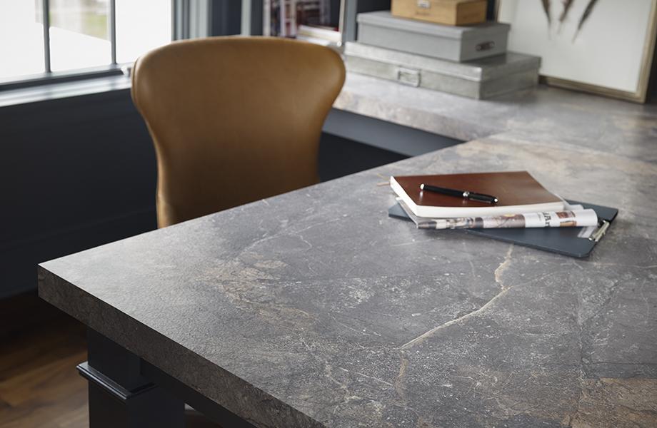 Bureau à la maison avec le stratifié Formica® Marbre d'Istanbul (7405-34) avec ordinateur portable et chaise