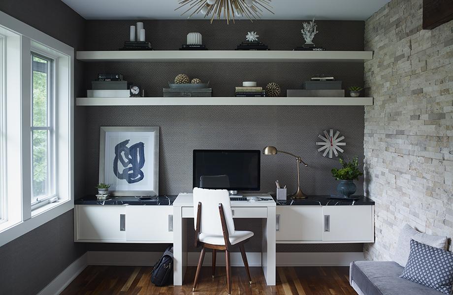 Bureau avec le stratifié Nero Marquina (7403-11) et étagères en stratifié Blanc (949C-58) et tiroirs coulissants dans le bureau du salon