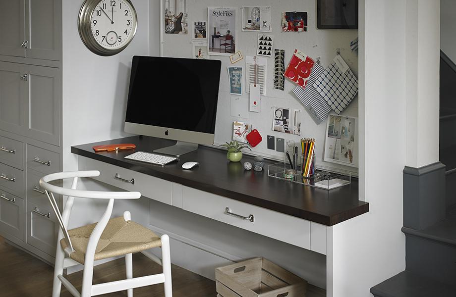 Bureau de cuisine avec plan de travail en stratifié 6209 Noyer Prestige, ordinateur et tableau d'affichage