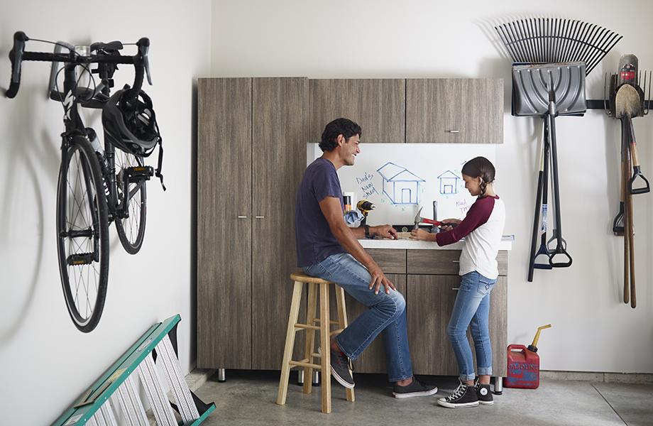 Père et fille dans le garage devant des armoires en stratifié 8915-NG Bois de Noyer et tableau inscriptible 9313-90 Quadriativité