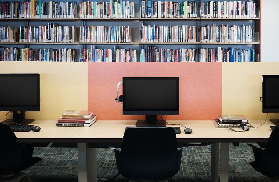 Bibliothèque d'une école avec ordinateurs sur une table en 9684-58 Papier Kraft Recyclé Naturel avec cloisons en 4972-PA Feutre Jaune et en 4973-PA Feutre Orange