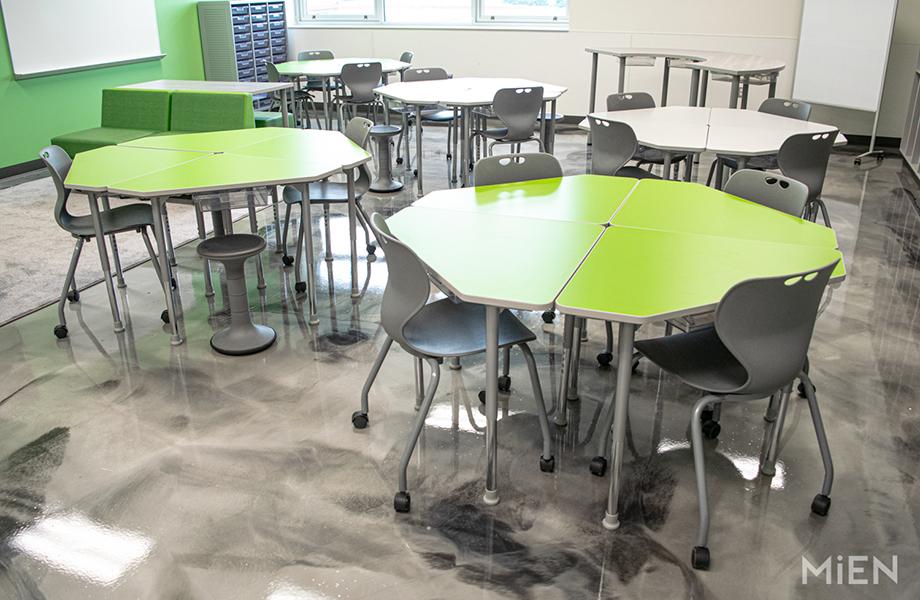 Tables de la cafétéria d'une école en Stratifié de marque Formica 6901 Vert Vibrant, conçues par MiEN