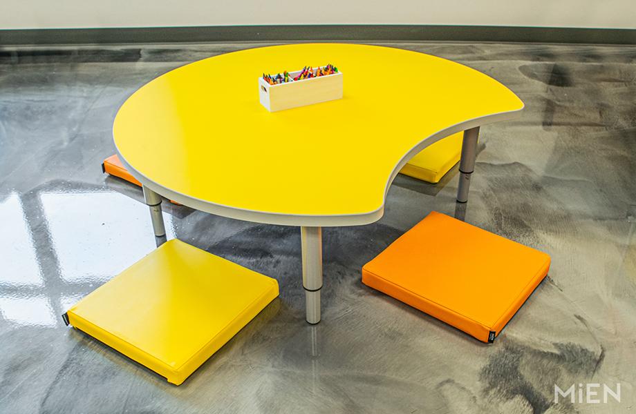 Table pour enfants en Stratifié 1485 Jaune Chromé de marque Formica avec une boîte à crayons et des coussins pour s'asseoir