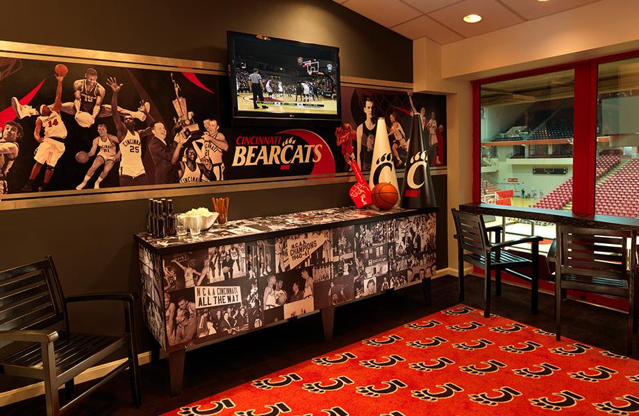 Suite de l'équipe de basketball les Bearcats de Cincinnati avec un buffet fait sur mesure, décoré d'images historiques et conçu avec le stratifié personnalisé Formica Envision