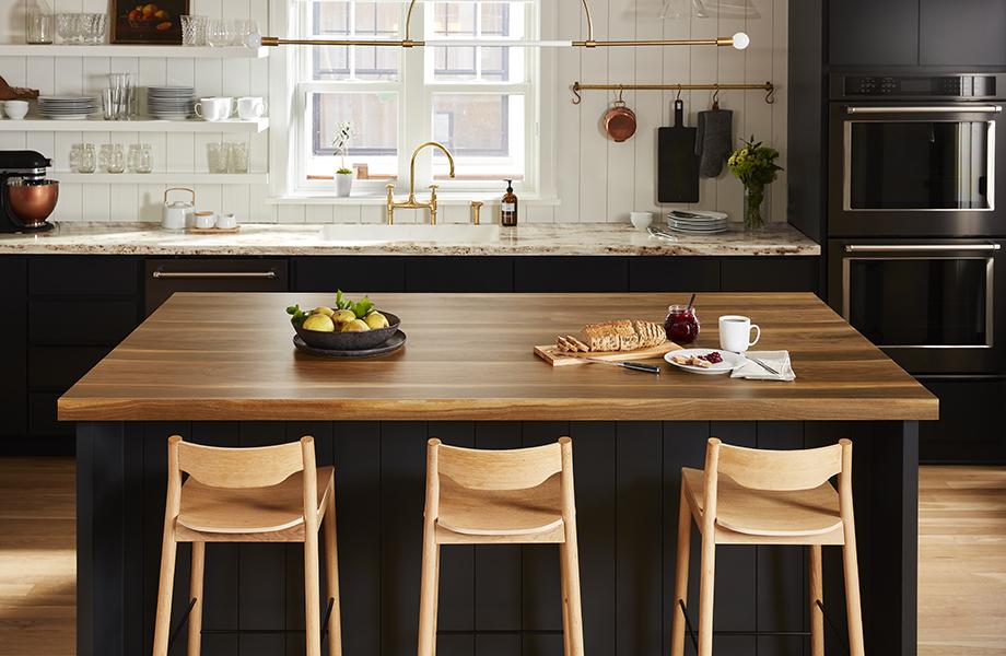 îlot de cuisine avec collation couleur Noyer et comptoirs de cuisine Or Rivière