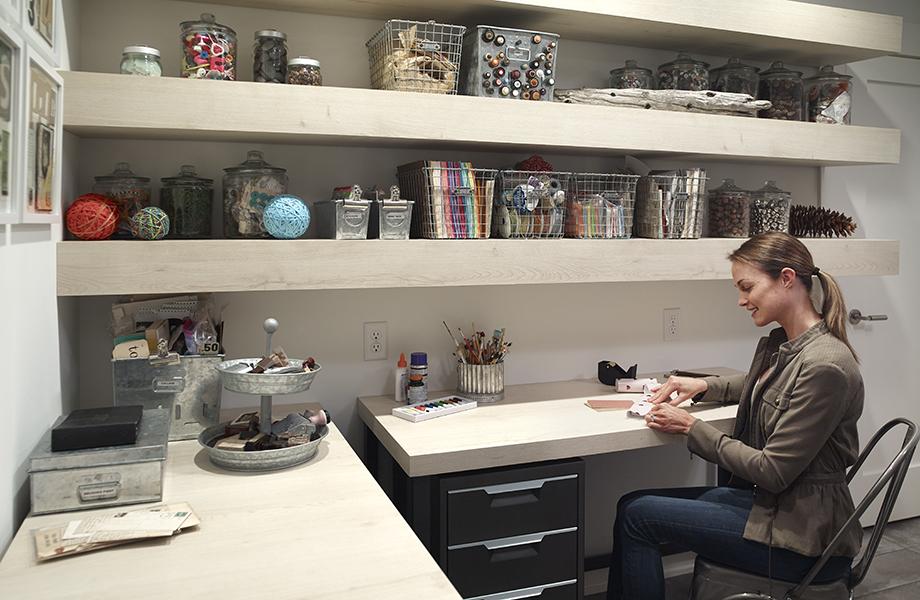 Femme assise au bureau dans une salle d'artisanat avec un plan de travail fabriqué avec le stratifié 7412-PG Planche de Chêne Brut