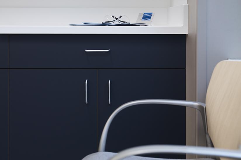 Bureau de medecin avec les armoires en stratifié haute pression HPL Formica Infiniti 5323-AN Nocturne, et le comptoir en Surface Solide de marque Formica 109 Blanc Brillant