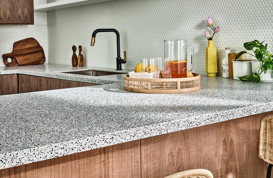 Cuisine moderne avec comptoirs en Surface Solide en acrylique mouchetée, modèle Dalmata Terrazzo Matrix  (412) décorée de boissons et de plantes