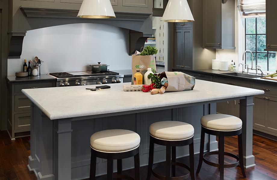 Élégante cuisine grise et blanche dotée d'un îlot de cuisine en stratifié 180fx® Pietra Grafite (7402-11) avec sac d'épicerie