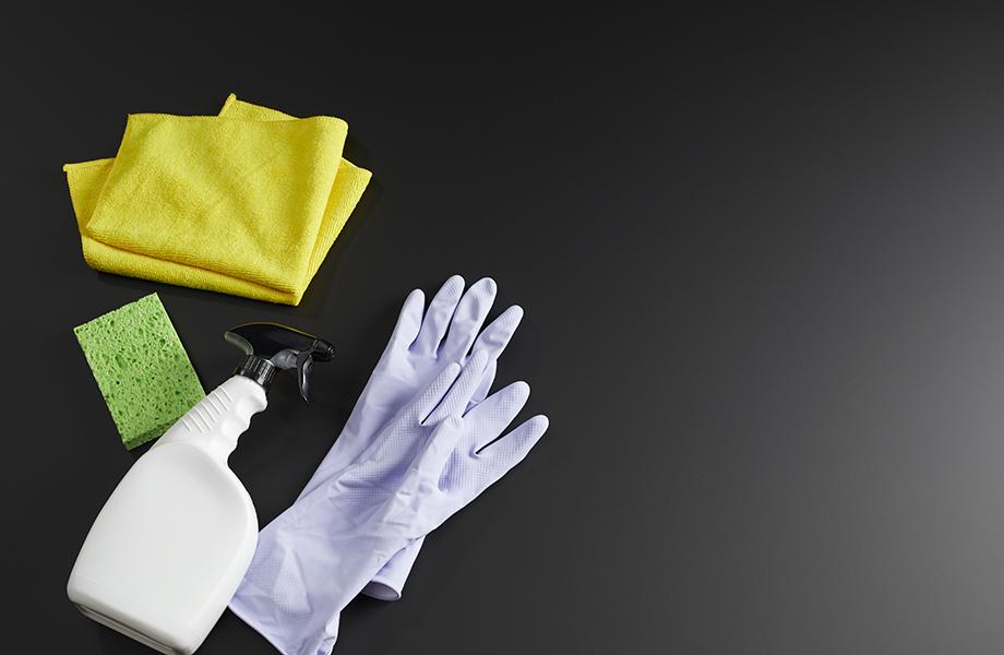 Gants, éponge et nettoyant sur un comptoir Formica Infiniti