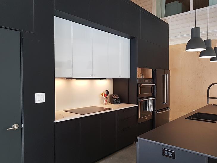 Armoires de cuisine et façades d'îlot de cuisine en Stratifié Formica Infiniti® 909 AN Noir à l'Ecohabitat S1600 maison écologique préfabriquée, lancée par Ecohabitation