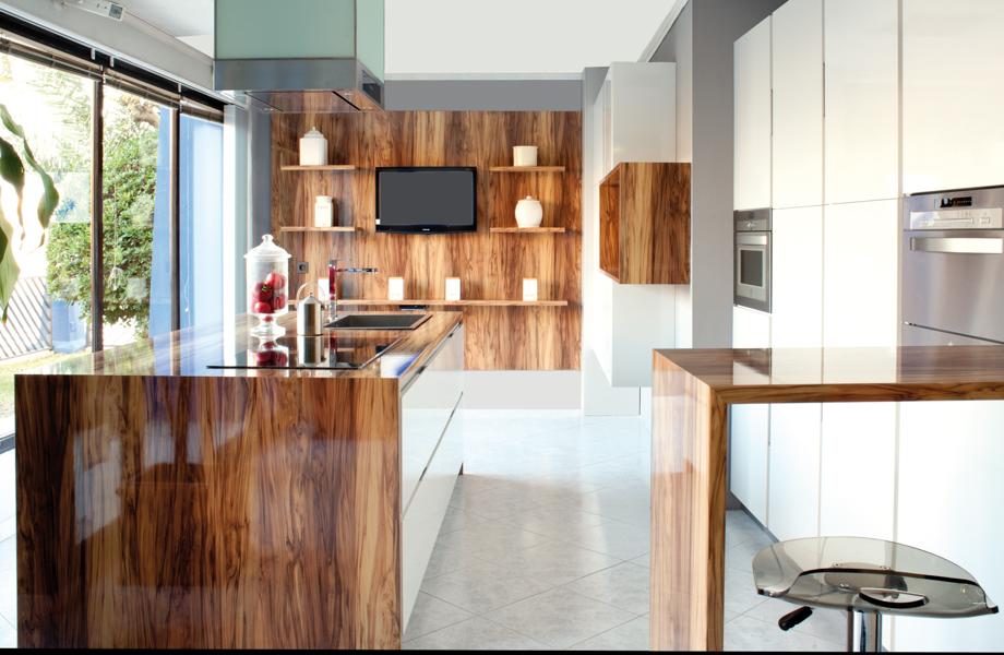 Cuisine avec des comptoirs et des armoires en Stratifié HPL de marque Formica® 5481 Olivier Huilé texture lustrée